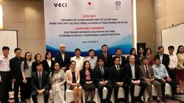 Chủ tịch VCCI Vũ Tiến Lộc, Giám đốc ILO Changhee Lee cùng đại diện các doanh nghiệp tại buổi lễ