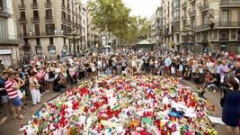 Tưởng niệm nạn nhân vu tấn công khủng bố phố đi bộ Las Ramblas ở Barcelona, Tây Ban Nha, ngày 19-8-2017. Ảnh: AP