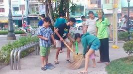 Các bé trong tổ bảo vệ Kim Đồng dọn vệ sinh trong công viên