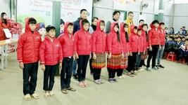 Trao tặng áo ấm cho giáo viên và học sinh xã Sàng Ma Sáo