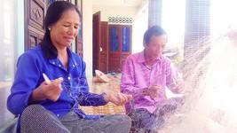 Bà Dạnh và chồng sửa lưới để chuẩn bị ra khơi xa đánh bắt cá