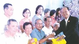 副理事長盧如松向各宗長派發禮物。
