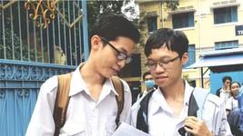 華人學生呂廷峰與同學討論試題。