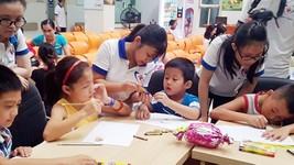 Các thành viên CLB Blouse Xanh hướng dẫn các bệnh nhi tô màu, vẽ tranh tại chương trình Mùa hè tuổi thơ 2017.
