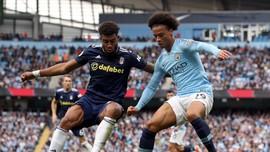 Leroy Sane (phải, Manchester City) vượt qua hậu vệ Lyon