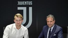 Matthijs de Ligt trong buổi ký kết với Juve.