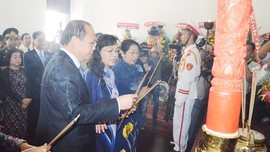 Delegation of HCMC offers incense to remember President Ho Chi Minh ảnh 1