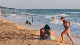Foreign visitors get relaxed at Duong Dong beach in Phu Quoc on the National Day holiday. (Photo: VNA)