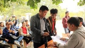 Người hâm mộ bóng đá Việt Nam nhận vé xem trận bán kết lượt về từ hôm nay, tại trụ sở VFF. Ảnh: MINH HOÀNG