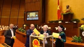 Các đại biểu bỏ phiếu bầu Chủ tịch nước. Ảnh: VGP