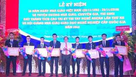 UBND TPHCM tặng bằng khen các thí sinh đoạt huy chương trong Kỳ thi tay nghề ASEAN