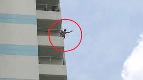Nam thanh niên không mảnh vải che thân đu trên tầng 10 bệnh viện