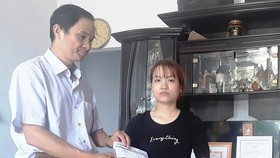"""Đại diện Báo Sài Gòn Giải Phóng trao tiền bạn đọc hỗ trợ gia đình """"hiệp sĩ"""" Nam."""