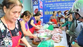 Customers buy meat at a store selling pork in Dong Nai (Photo: SGGP)
