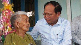 Mr. Cang wishes Vietnamese Heroic Mother Tran Thi Du health (Photo: SGGP)
