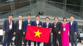 Winning students arrive in Noi Bai Airport (Photo: SGGP)
