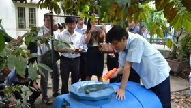 Deputy Health Minister Nguyen Thanh Long checks dengue prevention (Photo: SGGP)