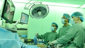 Doctors of the hosptial are performing a liver operation (Photo: SGGP)