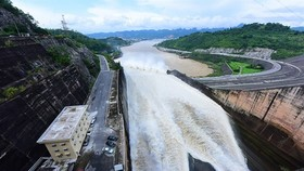 Hoa Binh Hydropower Plant on the Da River in northern province of Hoa Binh is discharging water from its reservoir (Photo: VNA)