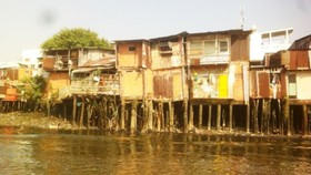 The city still has many shanty houses along canals (Photo: SGGP)