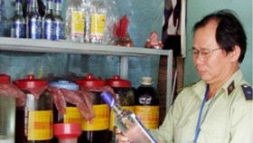 An Inspector pays visit to a household making wine (Photo: SGGP)
