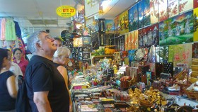Foreign tourists buy goods in Ben Thanh Market (PHoto: U. Phuong)