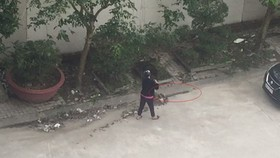 Nghe An woman receives administrative fine for sweeping trash down sewer