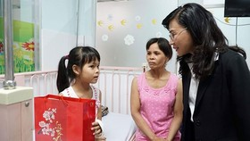 HCMC deputy chairwoman gifts 400 poor kid patients