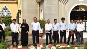 Secretary of the Ho Chi Minh City (third from left) Party Committee Nguyen Thien Nhan visits the Congregation of the Holy Cross Lovers of Thu Thiem in District 2 (Source: https://nld.com.vn)