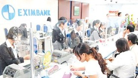 More people get used to paying public services through banks (Photo: SGGP)