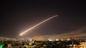Syria's Damascus sky lights up with service to air missile fire (Photo: AP)