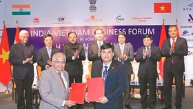 Indian and Vietnamese enterprises exchanged commercial trade agreement under the witness of President Tran Dai Quang (Photo: SGGP)