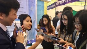 Vietnamese students seek information on studying in China at an exhibition on the sidelines of the forum (Photo: hanoimoi.com.vn)