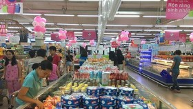 Consumers shop at Co.op Mart Quang Trung in Ho Chi Minh City (Photo: VNA)