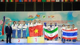 Vietnamese athletes celebrate winning gold medal at the fifth Asian Taekwondo Poomsae Championship (Source: https://thethao.thanhnien.vn)