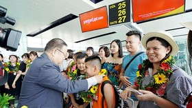 First passengers of the flight receive gifts from Vietjet Air (Photo: Courtesy of Vietjet Air)