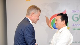 Vietnamese Environment Minister Tran Hogn Ha ( R) shakes hand with UN Environment Chief Erik Solheim (Photo: SGGP)