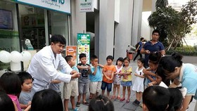 A medical worker is guiding kids of the condominium to wash hand properly (Photo: SGGP)