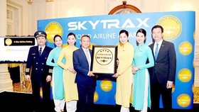 Vietnam Airline Director Duong Tri Thanh receive certificate of 4-Star Airline (Photo: SGGP)