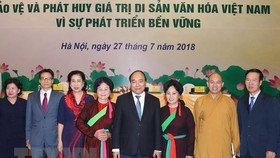 Prime Minister Nguyen Xuan Phuc (fourth, right) and other participants in the conference (Photo: VNA)