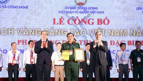 Secretary of Ho Chi Minh City's Central Party Committee Nguyen Thien Nhan delivered certificates to excellent individuals and groups of authors.