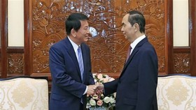 President Tran Dai Quang (R) receives visiting Vietnam-Japan and Japan-Vietnam Special Ambassador Ryotaro Sugi (Photo: VNA)