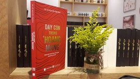 """Day con trong hoang mang"" (Teaching Children in Anxiety) by Le Nguyen Phuong is honoured in the education category. (Photo: vietnamnet.vn)"