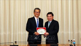 Chairman Nguyen Thanh Phong and Financial Secretary of the Hong Kong Special Administrative Region Paul Chan Mo-po (Photo: http://tphcm.dangcongsan.vn)