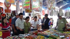 INspectors visit a market for food safety (Photo: SGGP)