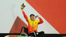 Swimmer Vo Thanh Tung at the medal podium (Photo: VNA)