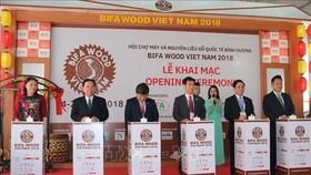 Delegates press button to kick-start BIFA Wood Vietnam 2018 (Source: VNA)