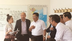 A delegation from the Party Committee of the Central Agencies Bloc visit a Vietnamese language class in Prague (Photo: VNA)
