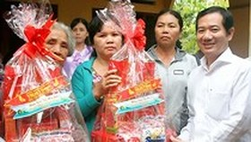 Education labor unions take care of teachers in upcoming Tet holidays