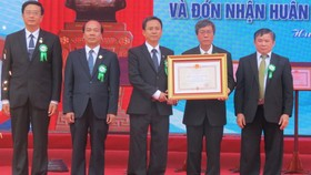 Representatives of the Hue University of Medicine and Pharmacy received the Third-class Independence Order